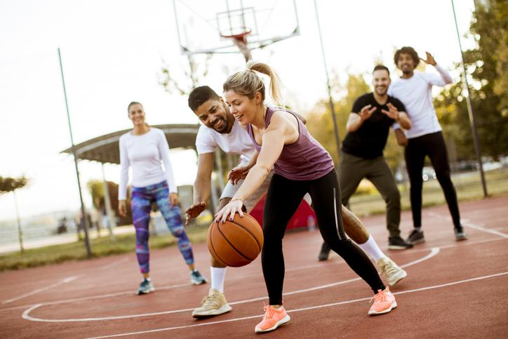 野外や体育館を使い大人数で実施するチームビルディングを取り入れたゲーム